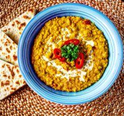 indický dhal z červené čočky s chlebem naan
