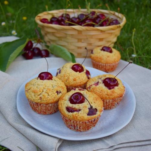 Třešňové muffiny se zakysanou smetanou