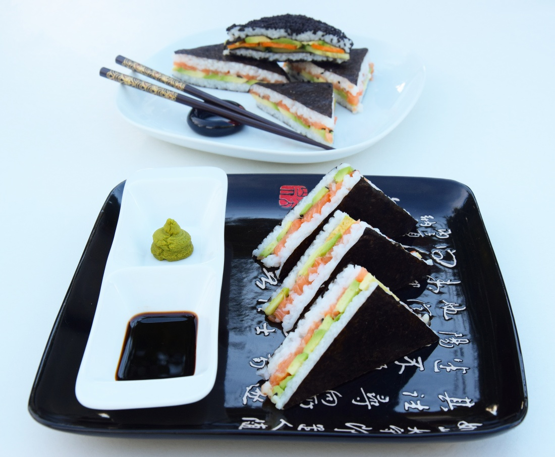 Lososový a zeleninový sushi sendvič