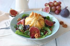 Salát s fíky a kozím sýrem v listovém těstě
